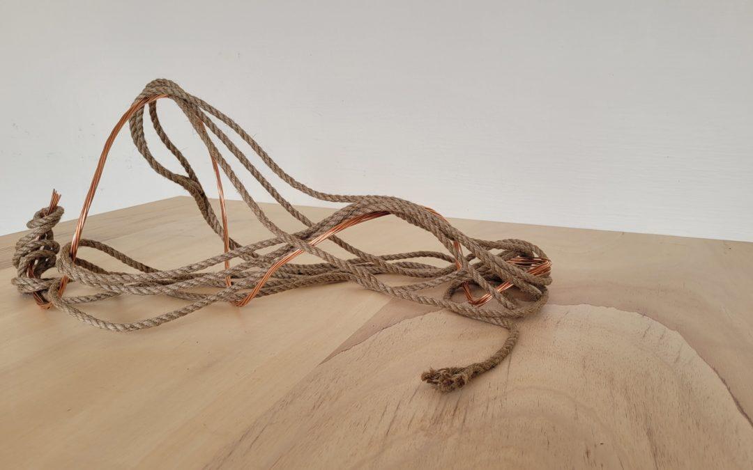 Ilona TIkvicki, Sans-titre (corde, cuivre), 2021.